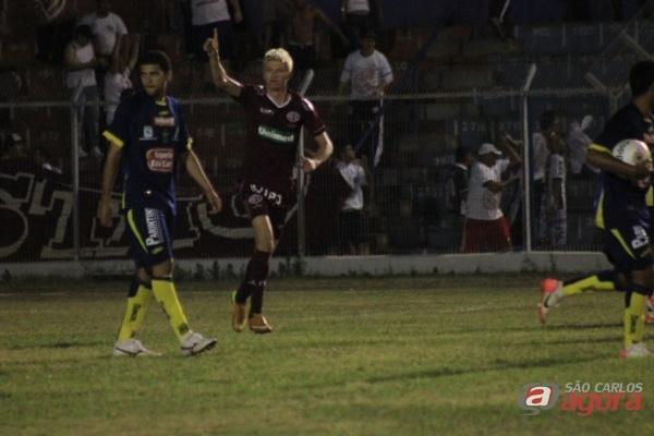 Jogador da Ferroviária comemora o Gol contra o São Carlos. (foto Rodrigo Martarello). -