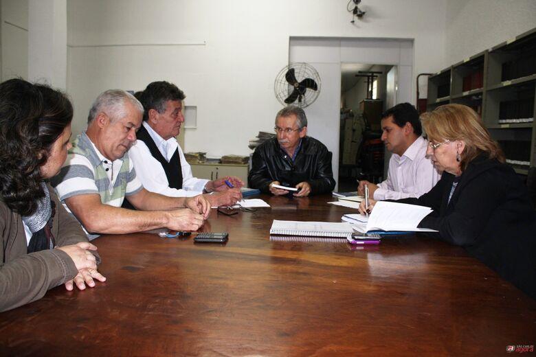 Vereadores da Comissão de Revisão da Lei Orgânica reuniram-se na Biblioteca da Câmara. -