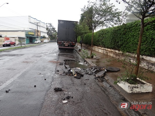 Rocha: buracos e má conservação dos canteiros centrais e entorno da via prejudicam motoristas e pedestres. -