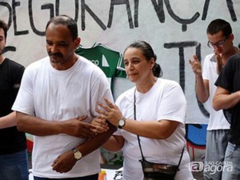 Pais do estudante também participaram do protesto. (foto Milton Rogério). -