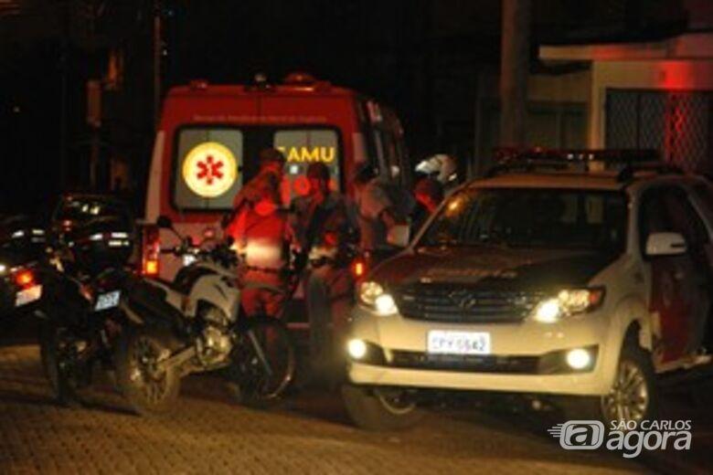 Policiais militares cercam quarteirão onde ocorreu o assalto. -