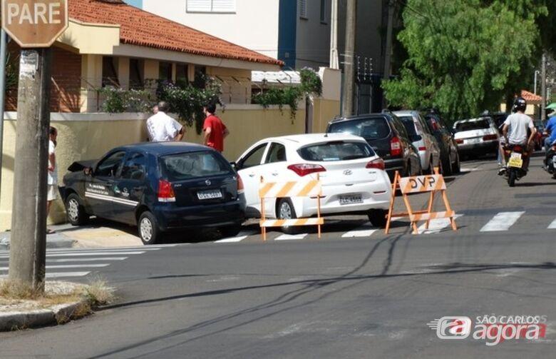 Um Palio e um HB20 se chocaram na tarde desta terça-feira (25) na esquina das ruas Jacinto Favoretto e São Joaquim, perto do terminal rodoviário. Com o impacto os dois veículos foram parar em cima -