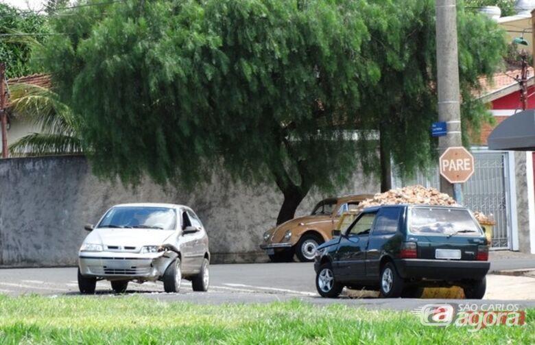 Um Uno e um Palio se chocaram nesta quarta-feira (26), na esquina das ruas Allan Kardec e Luis Mathias, no Jardim Cruzeiro do Sul. O acidente não deixou nenhuma pessoa ferida. A Polícia Militar esteve no local e registrou a ocorrência. Foto Milton -