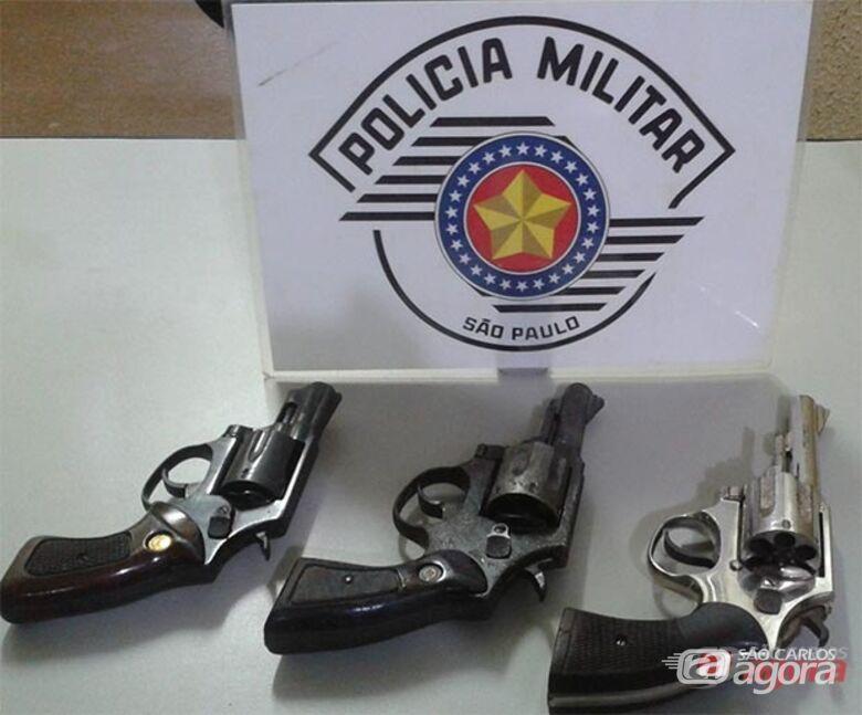 Armas que foram localizadas na residência. (foto: Divulgação). -
