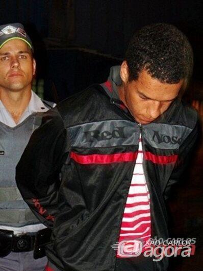 Jovem de 19 anos foi preso dentro da lotérica. (foto Luciano Lopes). -