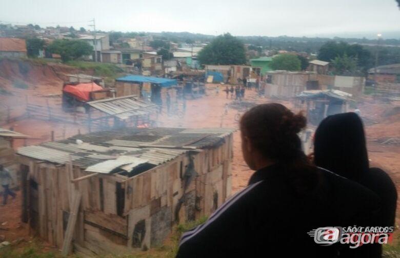 Moradores acompanham reintegração de posse. (foto Vinicius Neo). -