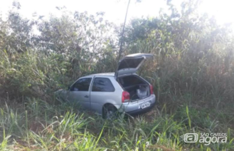 Veículo com placas de São Carlos foi usado pelos bandidos e abandonado próximo à empresa (Pamela Cadamuro/Tribuna Impressa) -