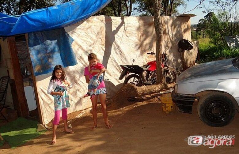 Várias crianças estão morando em barracos instalados no terreno. (foto Milton Rogério. -