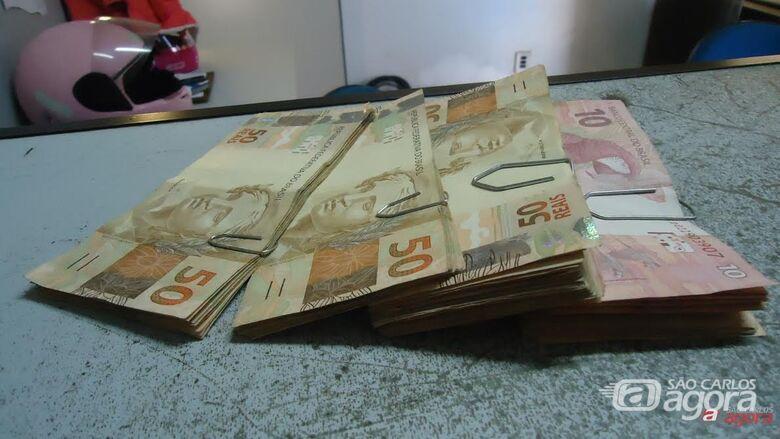 Parte do dinheiro furtado foi recuperado pelos policiais. -