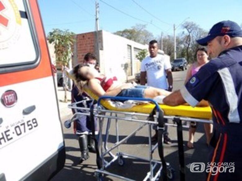 Daniela sendo socorrida pelo Samu no dia que foi baleada. (Foto Luciano Lopes). -