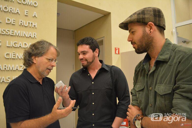 Os fundadores do site Livre Opinião, Vinicius Andrade e Jorge Filholini entrevistam o escritor Mia Couto em São Paulo. -