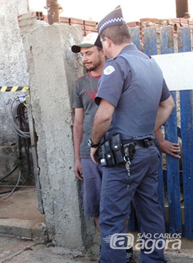 João Carlos conversa com policial militar no dia do crime. (Foto Milton Rogério). -