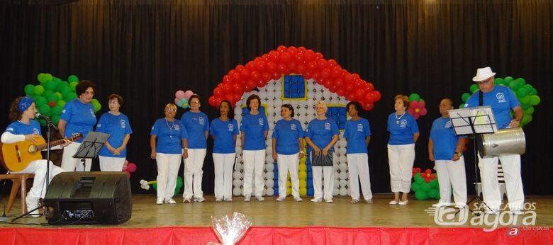 Apresentação do coral da UATI (Universidade Aberta da Terceira Idade) foi uma das atrações da festa -