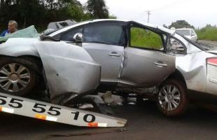 Carro em que jovens estavam ficou destruído em acidente em Trabiju (Foto: Moacir Júnior/RB Na Rede) -
