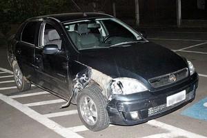 Na fuga, bandido bateu o carro de uma das vítimas. (foto Maycon Maximino) -