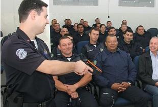 Guardas participam de treinamento com arma de choque. -
