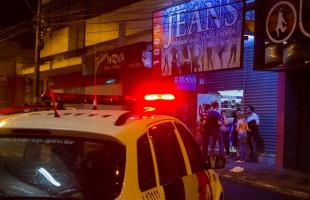 Policiais rapidamente chegaram à loja onde estavam presos os funcionários -