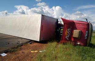 Mulher morre esmagada em acidente com carreta na SP-255 (Foto: Gabriela Martins) -