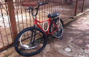 Bicicleta em que os irmãos seguiam ficou destruída (Daiane Bombarda/Tribuna Araraquara) -