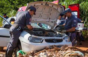 Mulher tenta contra a própria vida colidindo veículo que conduzia contra um monte de entulho (Deivide Leme/ Tribuna Araraquara) -