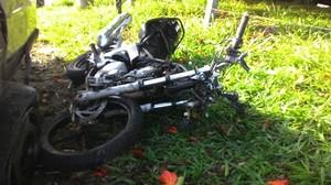 Moto do jovem ficou destruida após acidente. (foto Milton Rogério) -