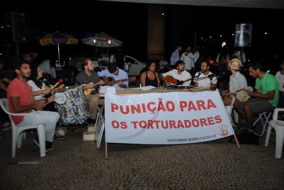 Samba de Resistência: Ditadura Nunca Mais reuniu 300 pessoas na Praça dos Três PoderesJosé Cruz/Agência Brasil -