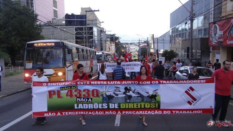 Roselei participou de passeata e apoiou protestos  contra PL 4330: Proposta é retrocesso nas relações do trabalho -