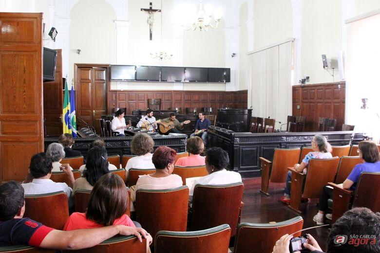 Participantes de projeto do Sesc São Carlos visitaram a Câmara neste domingo. (Assessoria de Imprensa CMSC) -