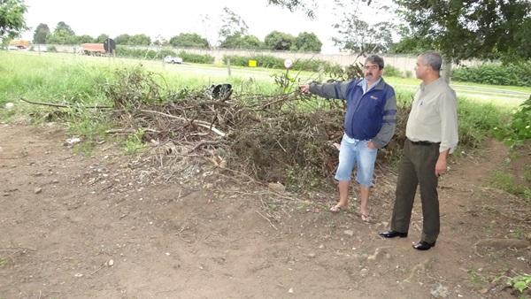 Morador mostra local que necessita de limpeza no Jd. Tangará -