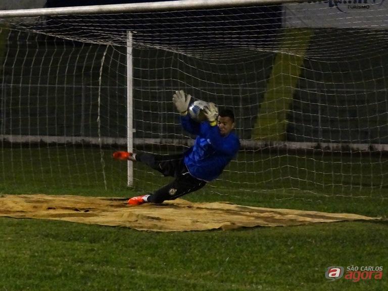 Tom durante treinamento. Goleiro aposta no sucesso da Águia na Série B (Foto: Marcos Escrivani) -