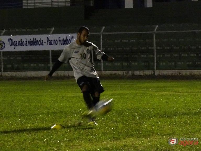 Willian Dias cobra falta durante treino específico realizado no Luisão Marcos Escrivani/SCA -