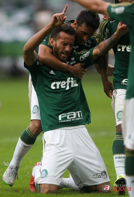 Leandro Pereira comemora. Atacante marcou o primeiro gol da expressiva vitória palmeirense. Foto: Cesar Greco/Agênci Palmeiras/Divulgação -