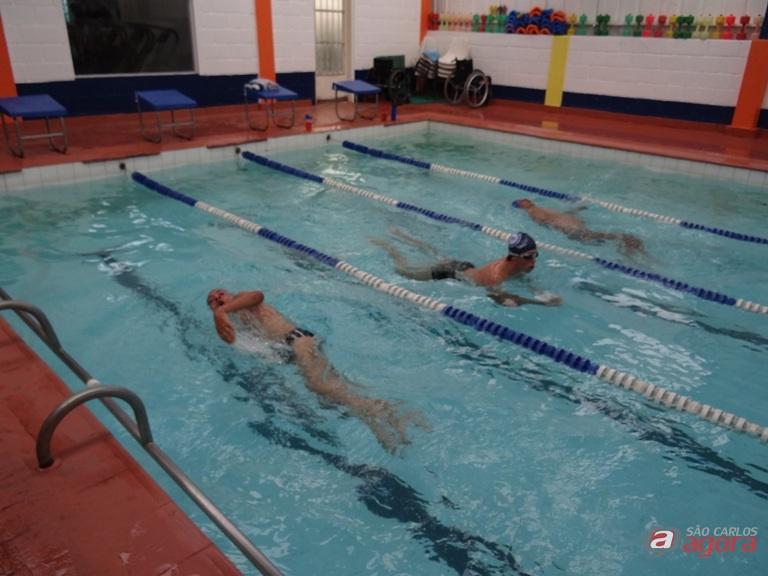 Nadadores PCD da Aquário/Fitness durante os treinos. Empenho para garantir medalhas. Foto: Marcos Escrivani -
