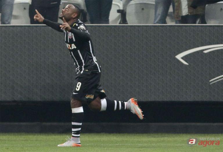 Vagner Love marciu o primeiro gol da partida na Arena Corinthians -