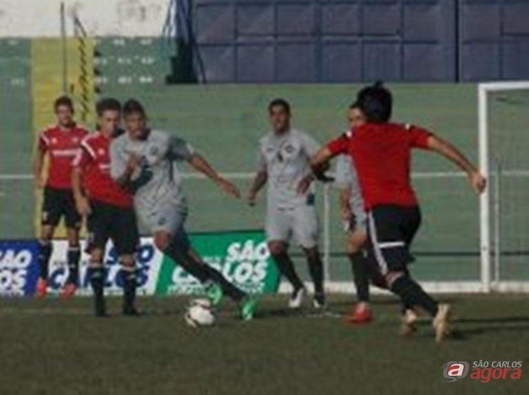 Lance do jogo no Luisão. Equipe de Guanaes perdeu por 2 a 0. Divulgação -