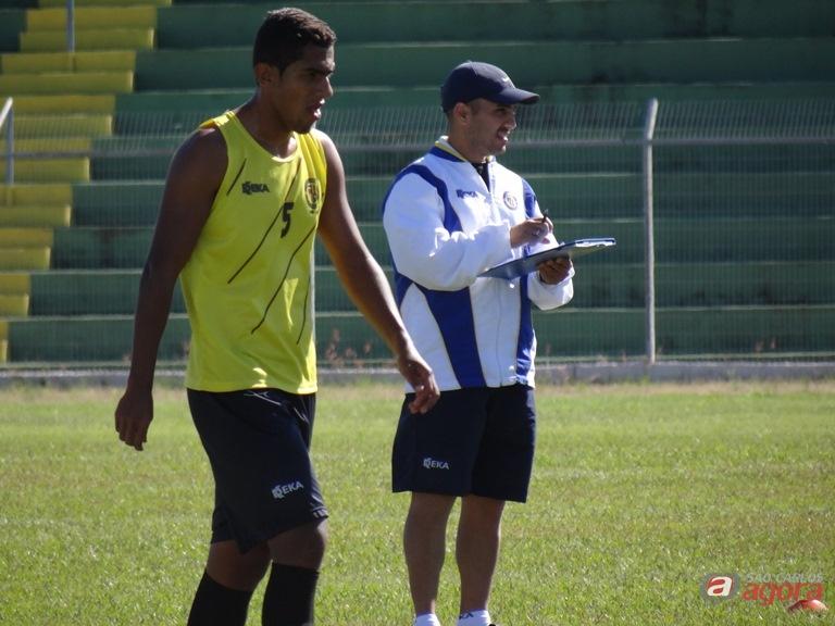 Guanaes durante o treino do São Carlos: técnico vai com força máxima para cima do Amparo. Foto: Marcos Escrivani -