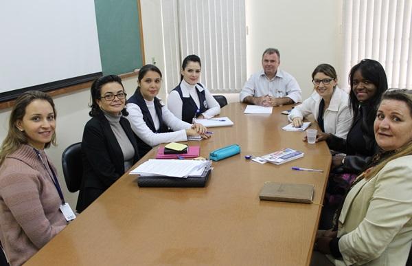 Grupo multiprofissional da Santa Casa recebe Isis Massaro (segunda da  esquerda) para reunião na qual foi apresentado o projeto Cuidados Continuados Integrados -