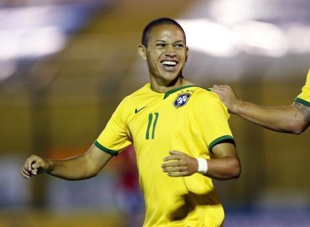 Marcos Guilherme comemora gol do Brasil. Decisão contra a Sérvia promete equilíbrio. Reuters/Andres Stapff -