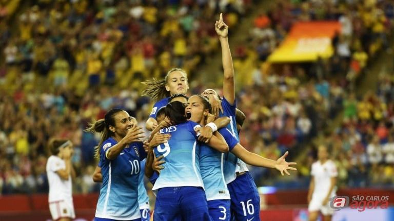 Jogadoras do Brasil comemoram gol. Seleção já garantiu presença na próxima fase. Foto: Fifa/Getty Images -