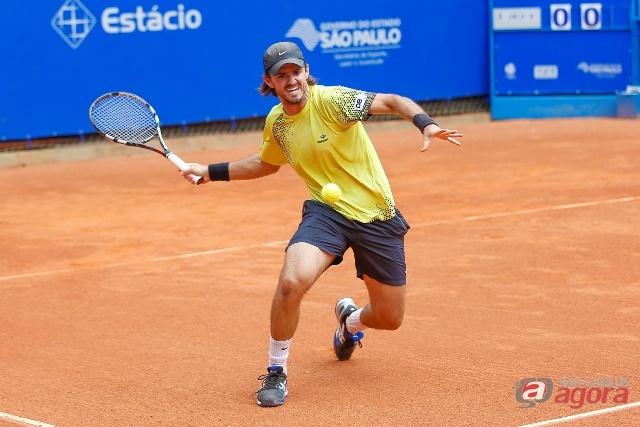 Nicolas Santos, 847º, venceu o parceiro de treinos, Ricardo Hocevar, 507º da ATP, por 6/1 e 6/4. Foto: Nelson Toledo/Fotojump -
