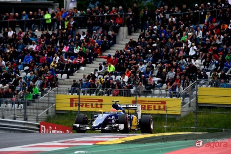 Felipe Nasr com sua Sauber. Brasileiro irá largar na oitava colocação. Foto: Studio Colombo/ Pirelli -