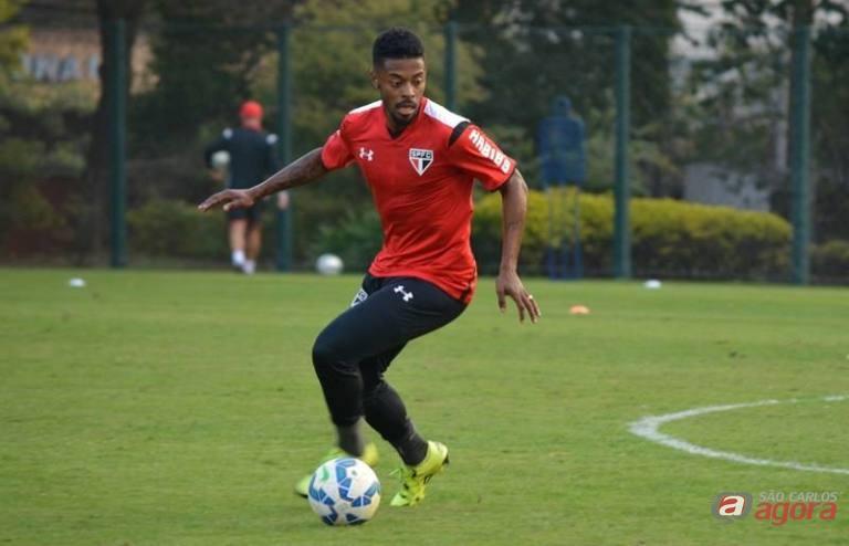 Michel Bastos retorna ao meio campo com a entrada de Carlinhos na lateral esquerda. Foto: Facebook/São Paulo FC -