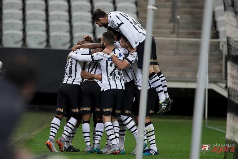 Jogadores comemoram gol de Elias. Timão venceu Furacão por 2 a 0. Daniel Augusto Jr/Ag. Corinthians -