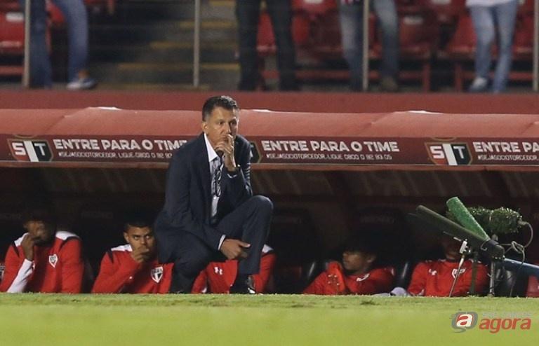 Osório observa o jogo. São Paulo chega a quarta partida sem vitória. Foto: Rubens Chiri/saopaulofc.net -