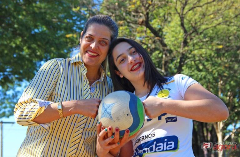 Paola (ao lado da mãe) atribui sua conquista a todos os profissionais que a instruíram e contribuíram para essa nova fase de sua carreira no vôlei. Foto: Divulgação -