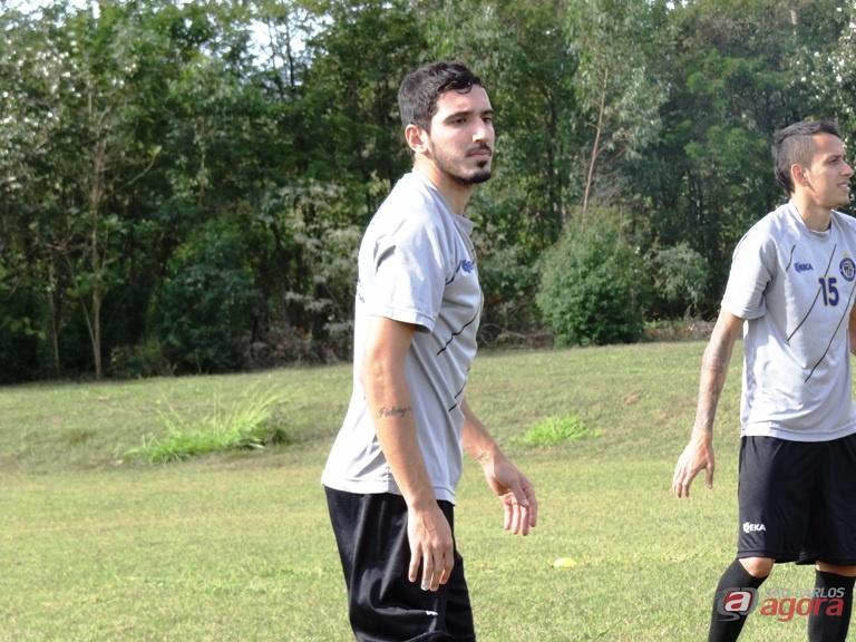 Lucas Cezane faz trabalhos com bola, mas deverá ser liberado somente daqui há duas semanas. Foto: Marcos Escrivani -