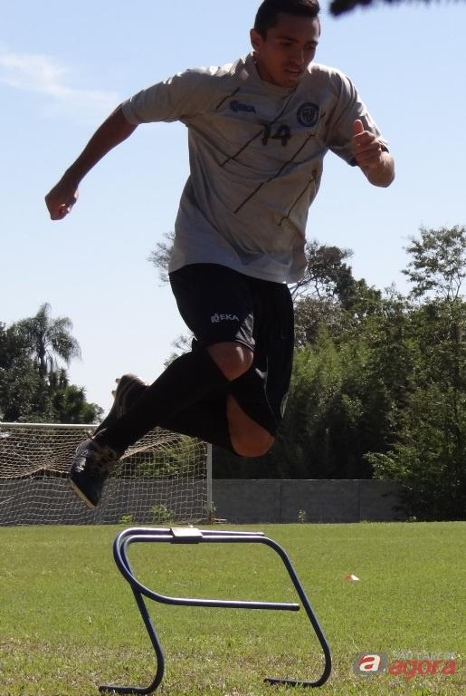 Bruninho se esforça nas atividades físicas. Jogador promete estar 'ligado' os 90 minutos. Foto: Marcos Escrivani -