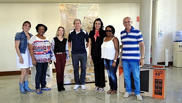 Representantes da ACISC e das empresas que forneceram os cupons premiados, além de alguns ganhadores, compareceram na entidade -