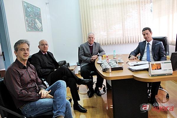 Diretor-presidente da Unimed São Carlos recebe o provedor da Santa Casa para alinhar parceria se concretizar a doação de cobertores -