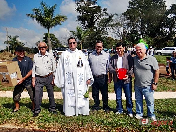 Marquinho Amaral e Lobbe Neto com o padre Marcos Coró e fiéis em comemoração ao Dia de São Cristovão -
